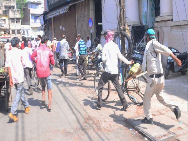 डंडे चलाकर भीड़ को खदेड़ती पुलिस। - Dainik Bhaskar