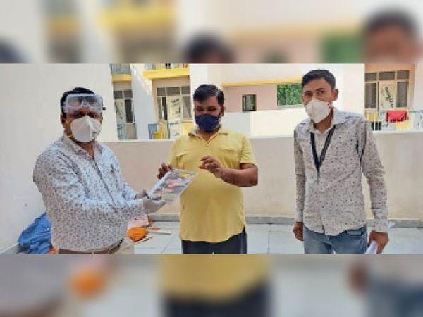 आइसोलेशन वार्ड से ठीक हुए मरीज को विदा करते स्वास्थ्य कर्मी। - Dainik Bhaskar