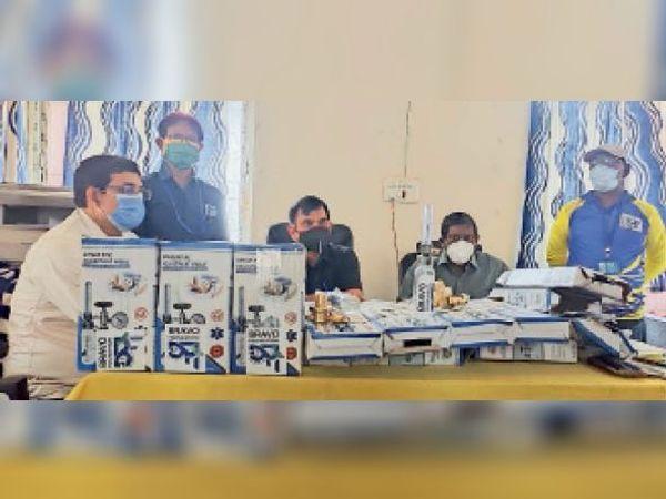 ऑक्सीजन फ्लो मीटर के साथ प्रशासनिक अधिकारी व ब्रावो फाउंडेशन के सदस्य। - Dainik Bhaskar