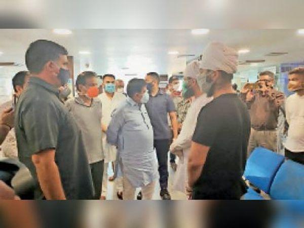 सेक्टर-21 के प्राइवेट अस्पताल का दौरा करते विधानसभा स्पीकर। - Dainik Bhaskar