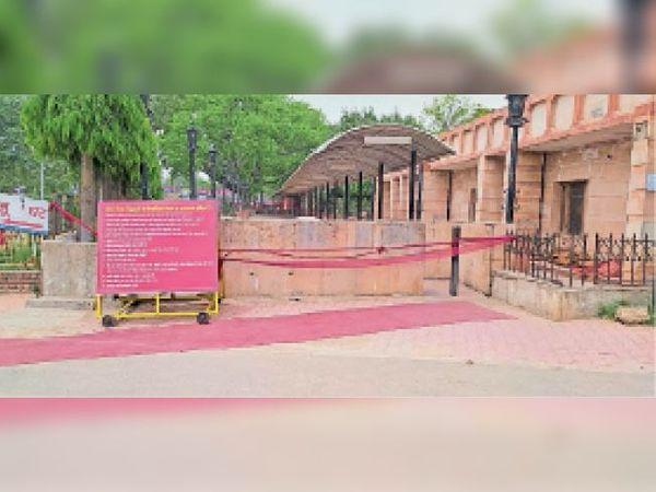 लॉकडाउन के बाद सुनसान पड़ा माता मनसा देवी मंदिर परिसर। - Dainik Bhaskar