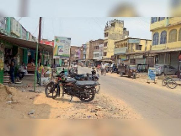 लॉकडाउन के बावजूद बाजार में बेखौफ घूमते लोग। - Dainik Bhaskar