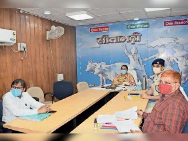 मुख्यमंत्री के साथ वर्चुअल बैठक में शामिल डीएम, एसपी व अन्य अधिकारी। - Dainik Bhaskar