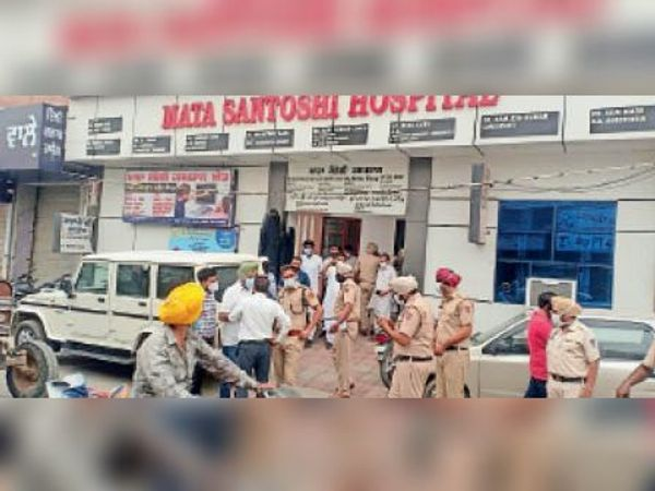 चैकिंग के दौरान एसडीएम ओम प्रकाश और डीएसपी नरिन्दर सिंह। - Dainik Bhaskar