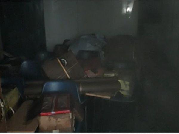 आग के कारण जला सामान।