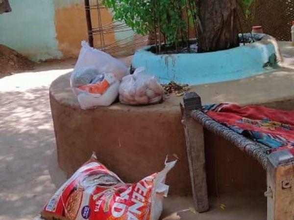 एक गरीब के यहां पहुंचाया गया राशन का सामान( - Dainik Bhaskar