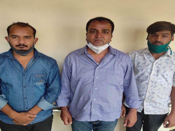 जयपुर में रेमडेसिविर इंजेक्शन की कालाबाजारी करते हुए गिरफ्तार डॉ. अमित सेठी  (बीच में) और उसके दोनों साथी। - Dainik Bhaskar