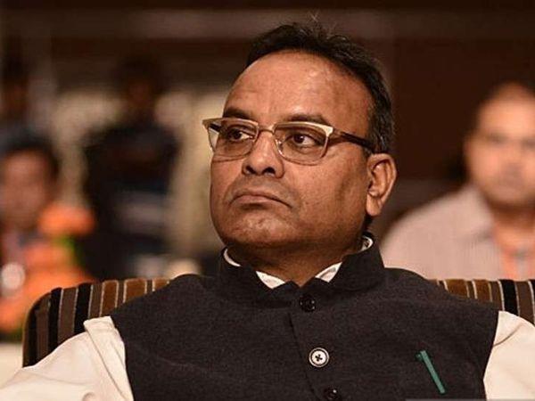 भाजपा विधायक और पूर्व स्वास्थ्य मंत्री अजय चंद्राकर ने निजी क्षेत्र में पेड वैक्सीनेशन ड्राइव की मांग की है। उनका कहना है कि सरकार के भरोसे टीका लगने में कई दशक लग जाएंगे। - Dainik Bhaskar