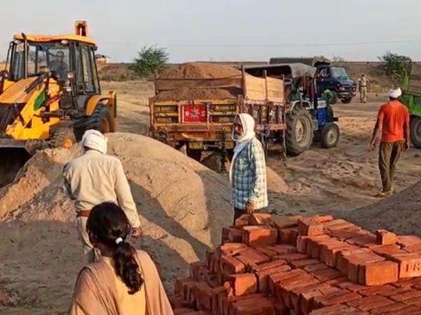 अवैध रेत को भरता वन विभाग का अम� - Dainik Bhaskar