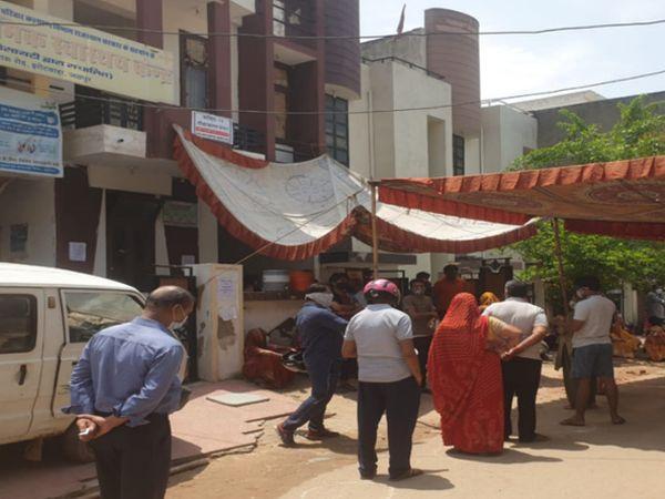 झोटवाड़ा में निवारू रोड स्थित श्रीरामपुरी राजकीय शहरी प्राथमिक स्वास्थ्य केंद्र पर वैक्सीन लगाने के लिए खड़े स्थानीय निवासी - Dainik Bhaskar