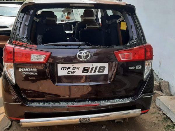 गाड़ी के पिछले हिस्से का कांच फोड़ गया। - Dainik Bhaskar
