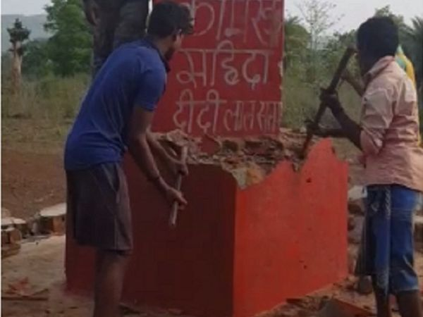 जवानों के सहयोग से ग्रामीणों ने खुद स्मारक को ध्वस्त किया।  यह नक्सली स्मारक 8 रुपए की इनामी सहिदा का था।