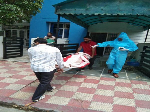 डॉक्टर वीनू के शव को पोस्टमार्टम के लिए   लेकर जाते हॉस्पिटल के कर्मचारी। - Dainik Bhaskar