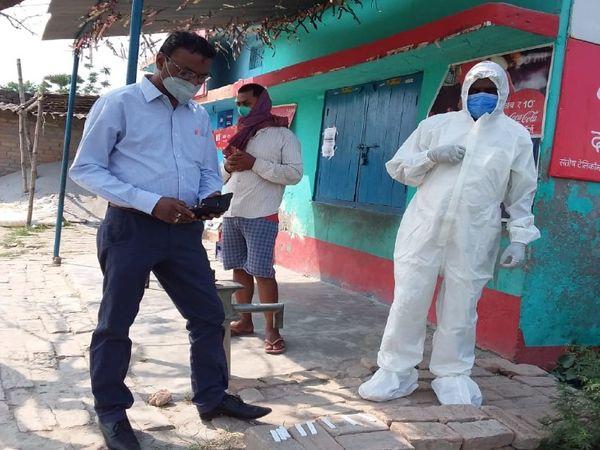 कोविड के इलाज औश्र जांच में लगी सुग्रामपुर PHC के प्रभारी अधिकारी और उनकी टीम। - Dainik Bhaskar