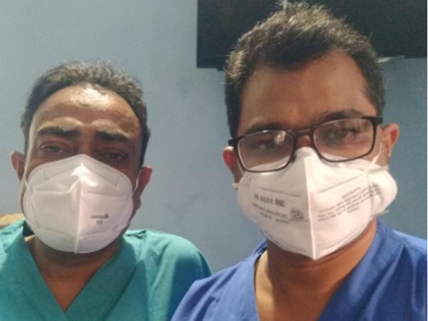 डॉ. यशवंत धवले अपने सहयोगी डॉक्टर के साथ। - Dainik Bhaskar
