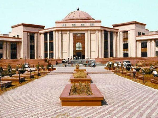जस्टिस पी. सेम.कोशी की सिंगल बेंच ने पूरे मामले में सुनवाई के बाद याचिकाकर्ताओं की अपील स्वीकार करते हुए यूनिवर्सिटी के आदेश पर रोक लगा दी थी। - Dainik Bhaskar