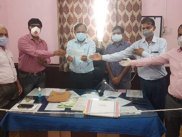 मंडफिया सीएचसी को एक लाख रुपए का चैक सौंपते हुए। - Dainik Bhaskar
