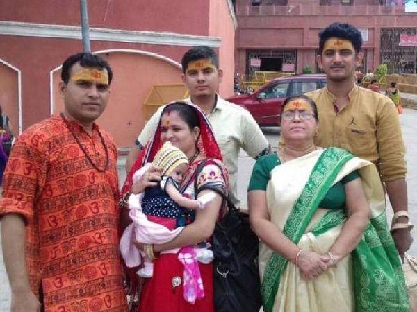परिवार के साथ (लाल कपड़े पहने)  वनरक्षक राज परीक्षित भट्ट। - Dainik Bhaskar