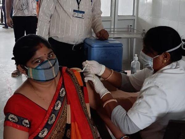 शनिवार को जिले में 43 साइट पर टीकाकरण आयोजित किया जाएगा। इनमें से 32 साइट पर 45+ वालों के वैक्सीन लगाई जाएगी। - Dainik Bhaskar