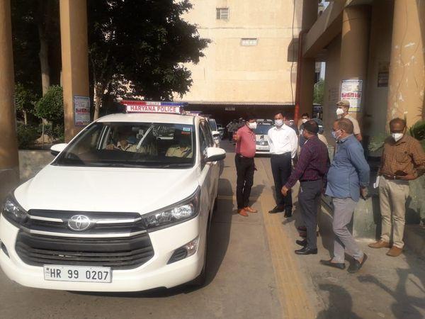 पुलिस प्रवक्ता ने बताया कि पुलिस कमिश्नर ओपी सिंह की मांग पर डीजीपी मनोज यादव ने फरीदाबाद को 10 नई गाड़ियां भिजवाई है। - Dainik Bhaskar