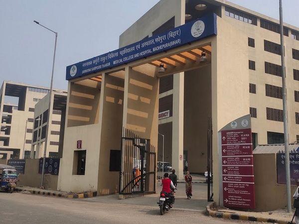 भास्कर में खबर प्रकाशित किए जाने के बाद दो दिनों तक डीएम के निरीक्षण में भी डॉक्टर अनुपस्थित पाए जा रहे थे। - Dainik Bhaskar