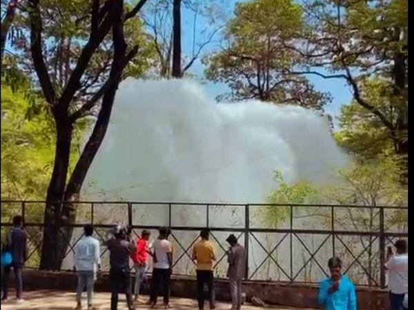 पाइप लाइल फटने से करीब 50 फीट ऊंचाई तक फव्वारा निकला था। - Dainik Bhaskar