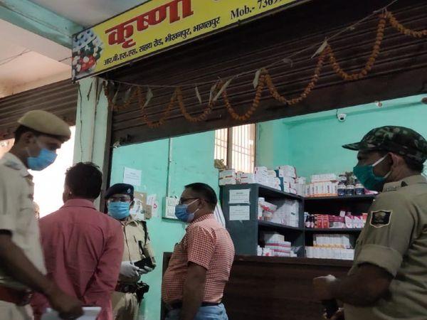 भागलपुर में दवा दुकान पर छोपेमारी करती ड्रग विभाग की टीम। - Dainik Bhaskar