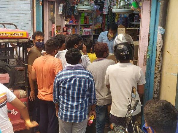 कटला के पास एक दुकान पर इस तरह ग्राहक खड़े दिखे। - Dainik Bhaskar