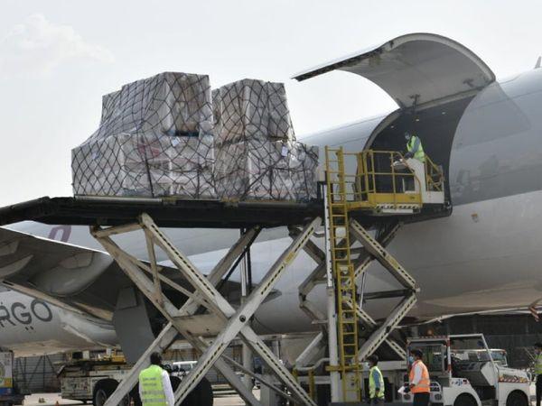 एयरपोर्ट सूत्रों के मुताबिक अब तक दिल्ली एयरपोर्ट पर 28 से ज्यादा फ्लाइट्स विदेशी मदद लेकर आईं हैं।