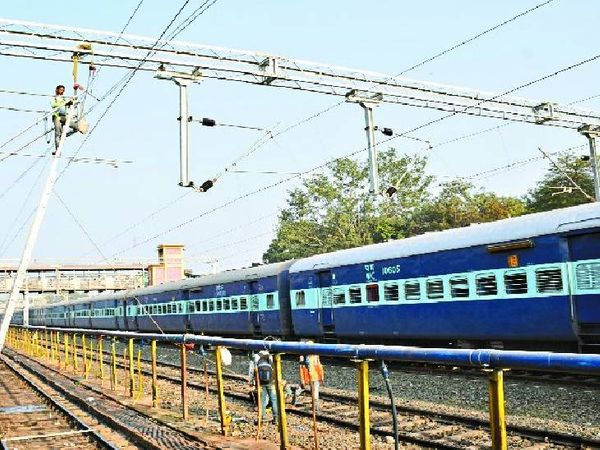 जबलपुर से गुजरेगी मुंबई-गोरखपुर स्पेशल ट्रेन। - Dainik Bhaskar