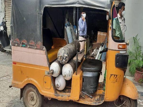 ऑटो में लोड था ऑक्सीजन सिलेंडर पुलिस ने जब्त किए।
