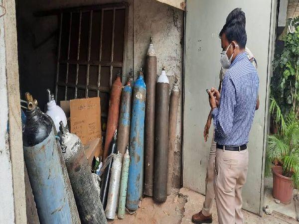 गोदाम में रखा था ऑक्सीजन और नाइट्रोजन के साथ हीलियम सिलेंडर। - Dainik Bhaskar