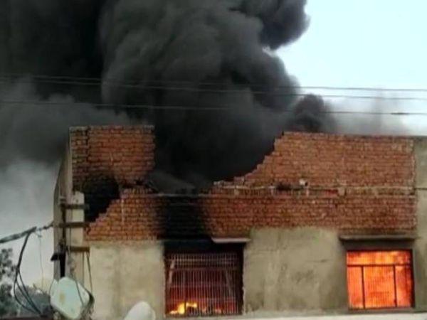 हाथरस की एक फैक्टरी में तेज धमाके के साथ आग लग गई।
