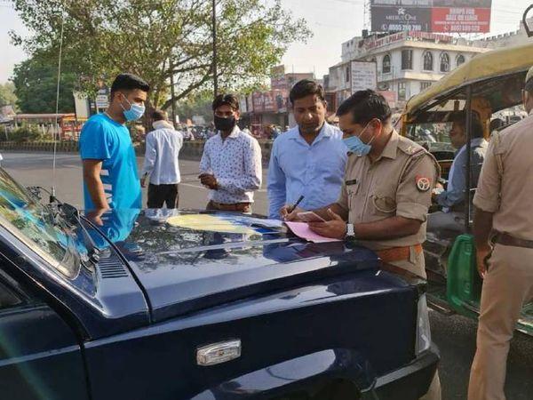 आंशिक लॉकडाउन का उल्लंघनकरने पर कार्रवाई करती पुलिस। - Dainik Bhaskar