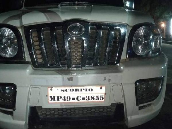 NH 30 से देर रात लूटी गई स्कॉर्पियो। - Dainik Bhaskar