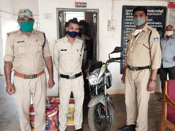 हनुमना पुलिस द्वारा जब्त की गई बाइक व अवैध मादक पदार्थ - Dainik Bhaskar