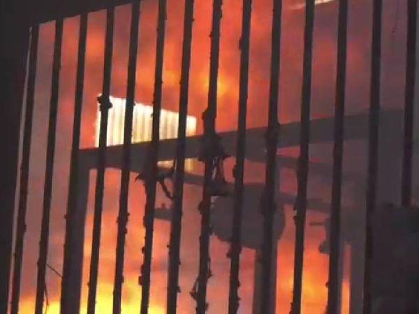 उज्जैन की कपड़ा फैक्ट्री में आग बुझाने में दमकल कर्मियों को मशक्कत करना पड़ी। - Dainik Bhaskar