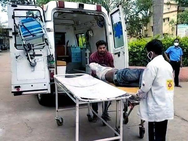 स्थानीय लोगों की मदद से दीपक को सदर अस्पताल गुमला में भर्ती कराया गया है। - Dainik Bhaskar