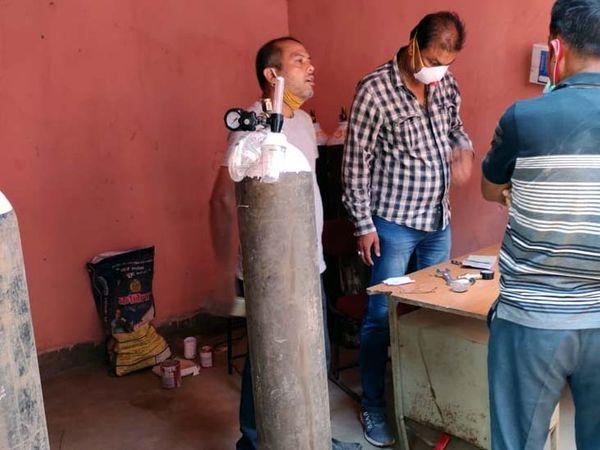 पुलिस गिरफ्तार सतीश सिंह (पीले रंग के मास्क में) से पूछताछ कर रही है। - Dainik Bhaskar