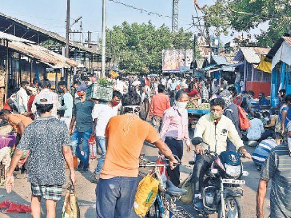 नहीं नियंत्रित हो रही लटकारी का पड़ाव सब्जी मंडी की भीड़ - Dainik Bhaskar