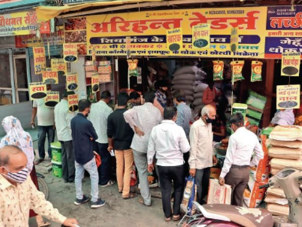 भारी पड़ेगी ये भीड़... गुरुवार को मल्हारगंज में किराना दुकानों पर भीड़ उमड़ी। कई जगहों पर सोशल डिस्टेंसिंग  टूटी। - Dainik Bhaskar