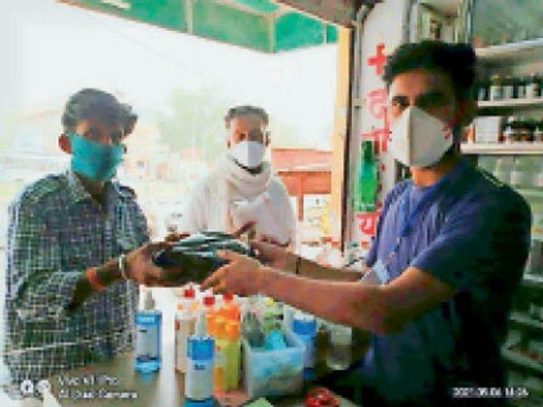 जैसलमेर. मरीजों के लिए निशुल्क भोजन व दवा वितरित करते हुए। - Dainik Bhaskar
