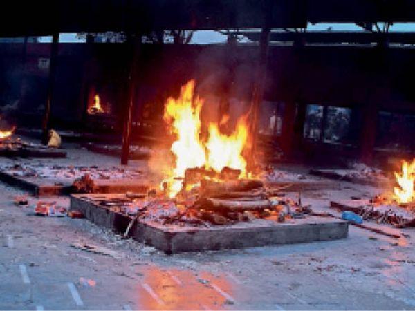 शिवपुरी में वीरवार शाम सवा 6 बजे एक साथ जलीं 7 चिताएं। - Dainik Bhaskar