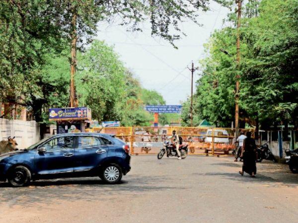 बेवजह घूमने वालों पर सख्ती बरतते हुए पुलिस ने चरक अस्पताल के समीप का यह रास्ता बेरिकेड्स से बंद कर दिया। - Dainik Bhaskar