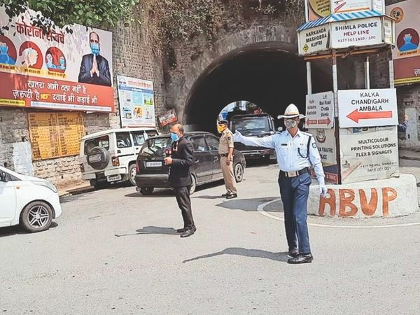कोरोना कर्फ्यू के पहले दिन ही विक्ट्री टनल में गाड़ियों आम-दिनों की तरह आती जाती रही। - Dainik Bhaskar