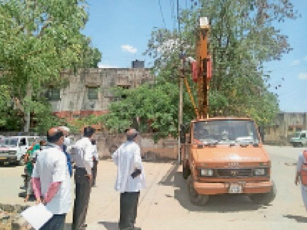 एमजीएच में बिजली लाइन पर गिरे पेड़ को क्रेन से हटवाते डॉ. गौड़। - Dainik Bhaskar