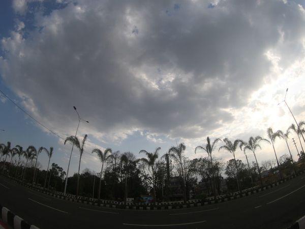 मौसम वैज्ञानिकों का कहना है की यदि दोपहर में घने बादल नहीं छाते तो  सीजन में दूसरी बार पारा 42 डिग्री पार पहुंचता। - Dainik Bhaskar