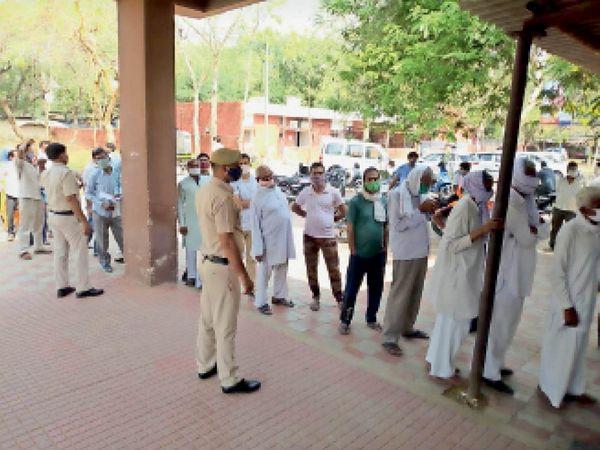 महेंद्रगढ़ के सरकारी अस्पताल में वैक्सीन लगवाने वालों की लगी लंबी लाइन। - Dainik Bhaskar