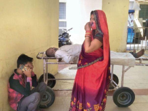 सागर  इलाज न मिलने से सुभाष नगर निवासी राजू सेन की मौत होने पर बीएमसी की गेट पर रोते-बिलखते परिजन - Dainik Bhaskar