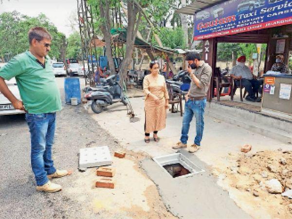 रोड गली की जांच करती पार्षद डा. जसलीन सेठी। - Dainik Bhaskar